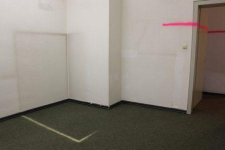 Christiane-Rasch, Ohne-Titel,-2017,-vorgefundene-Spuren-an-der-Wand,-Kreide,-Signalspray,-155-x-120-x-153-cm-und-475-cm