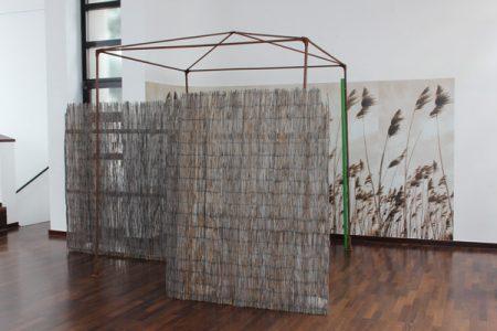 Christiane-Rasch,Ohne-Titel,-2016,-Eisenstangen,-Tapete,-Dachlatten,-Schilfrohrmatten,-Sandsäcke,-Lack,-435-x-315-x-250-cm