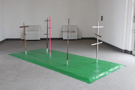 Heinza vüürlegga, 2015, alte Heinzen, Blattsilber, Holzstab, Signalspray, Folie, Metallständer, 440 x 200 x 160 cm