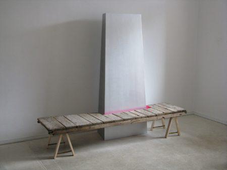 Ohne Titel, 2009, Holz, Aluminiumfarbe, Signalspray, Fundstück, 200 x 170 x 80 cm