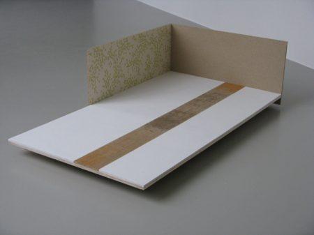 Ohne Titel, 2009, Holz, Gips, Spanplatten, Tapete, Fundstück, 180 x 150 x 52 cm