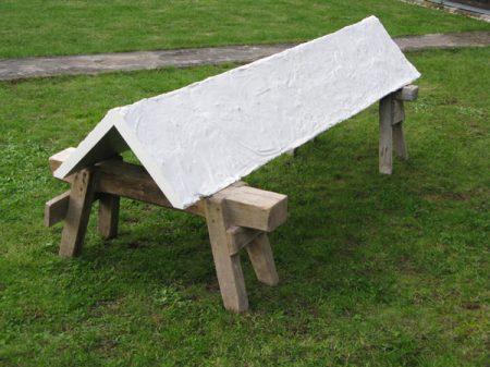 Ohne Titel, 2010, Gips, Aluminiumfarbe, Fundstücke, 210 x 100 x 80 cm