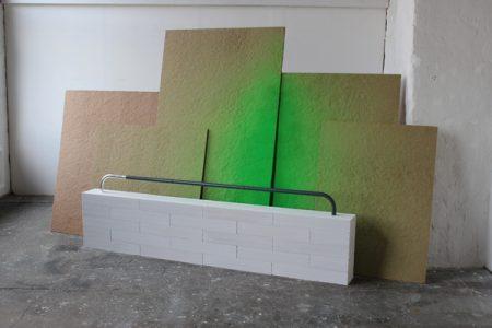 Ohne Titel, 2012, Ytongsteine, Gips, Metallrohr, Blattsilber, Dämmplatten, Holz, Signalspray, 350 x 120 x 200 cm